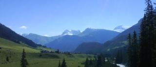 Wanderung am Lechweg mit Blick nach Zug