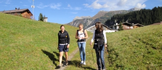 ... über die Wiese Richtung Zuger Bergbahn